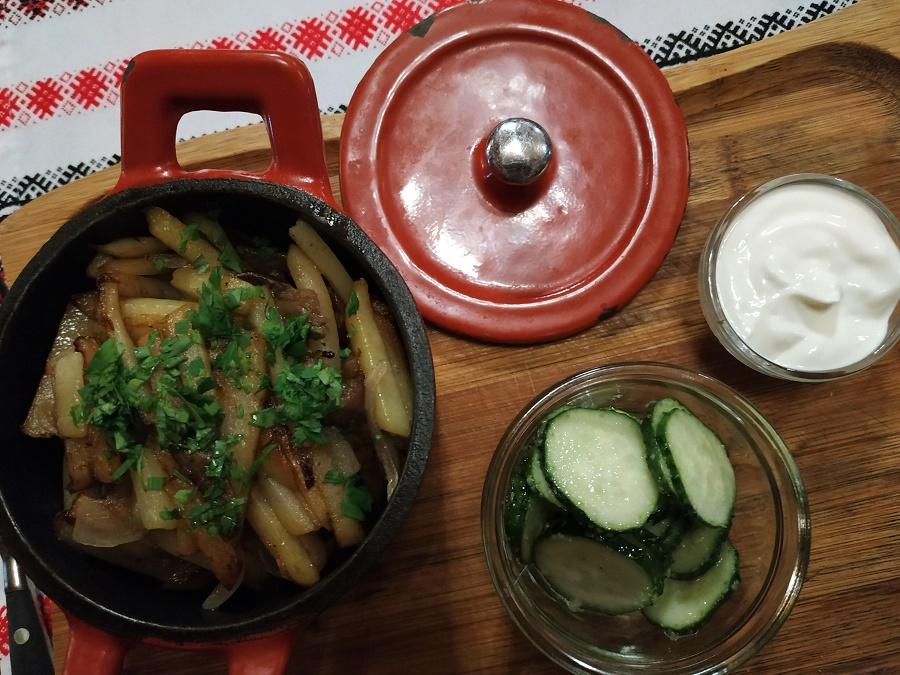 ... et où j'ai dégusté un excellent repas sibérien bien réconfortant ! (mais végétarien, car je n'avais pas envie de viande ou de poisson) Au menu : pommes de terre sautées aux champignons des bois et au persil, crème aigre maison (hhhmmmm) et DÉLICIEUX concombres marinés au sel et à l'ail. Sans déc', je n'aurais jamais cru que de simples concombres pouvaient être aussi bons.
