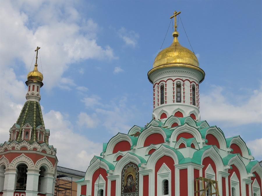 Ah si ! J'ai quand même pris une petite photo d'une autre église qui fait l'angle de la place... C'est Notre-Dame de Kazan. N'est-elle pas toute mignonnette ?