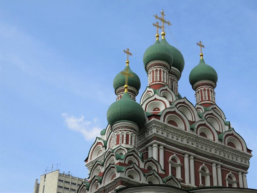 Notre guide Elena nous a fait découvrir une petite église cachée entre de hauts immeubles. Moscou en possède un millier : on en trouve dans les coins les plus incongrus !