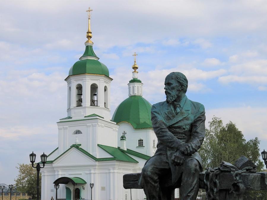 Devant l'église Pierre et Paul, la statue de Dostoievski tirait la tronche. Le pauvre écrivain est en effet passé à Tobolsk durant ses années d'exil... C'était rigolo comme hasard parce que j'étais justement en train de lire une nouvelle de lui.