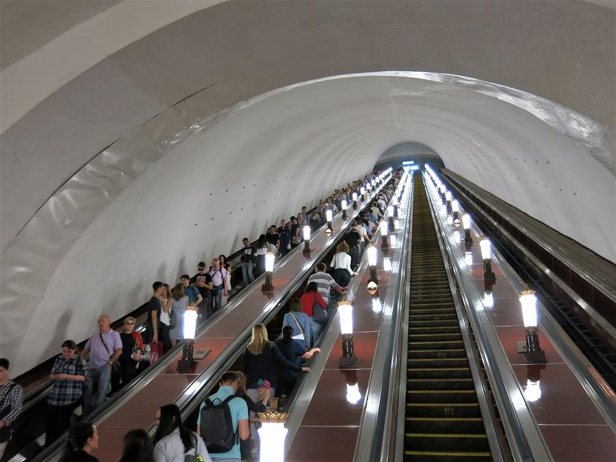 """Le métro doit être profond, car les escalators sont souvent gigantesques. Étrangement, au bas de chacun d'entre eux est posté un fonctionnaire en uniforme, assis dans une minuscule cabine vitrée. Je ne sais pas à quoi ils servent : on dirait qu'ils surveillent juste que ça monte et que ça descend bien. Quel boulot pourri :/ A chaque fois je pensais à la chanson de Gainsbourg : """"sous mon ciel de faïence, je ne vois briller que les correspondances..."""""""