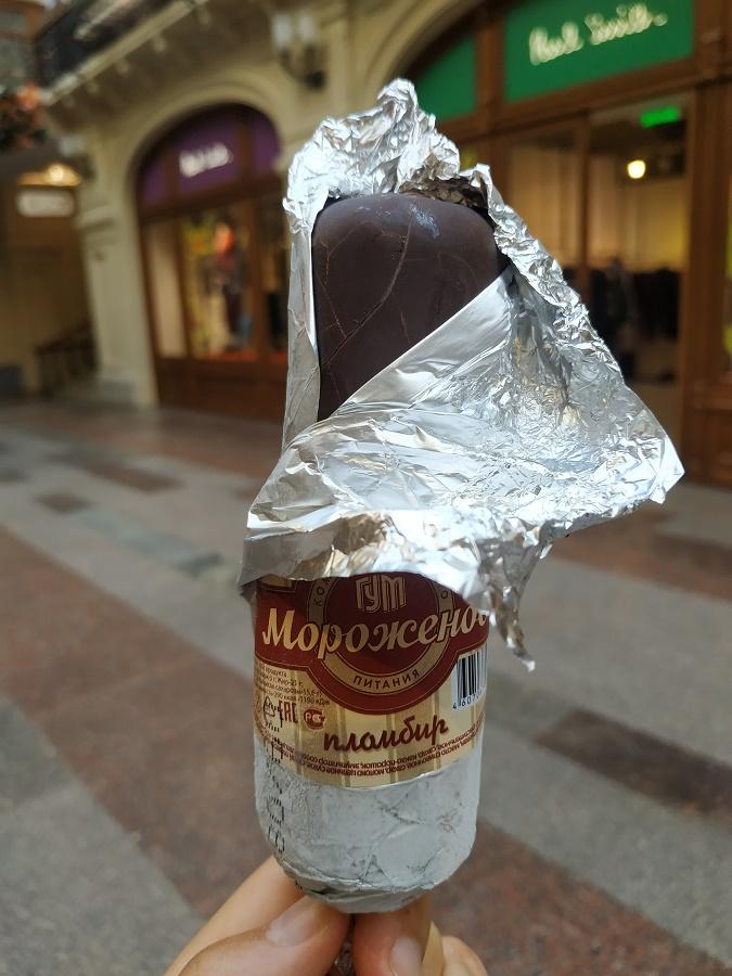 """Le traditionnel """"eskimo"""" à 100 roubles du Goum, dont la recette n'aurait pas changé depuis son invention il y a plus de 100 ans ! Je l'ai trouvé excellent. Le chocolat, très fin est craquant, était un vrai bon chocolat noir. Et surtout, la glace à l'intérieur était peu sucrée, avec un vrai bon goût de crème laitière... Vraiment, ça m'a beaucoup plu !"""