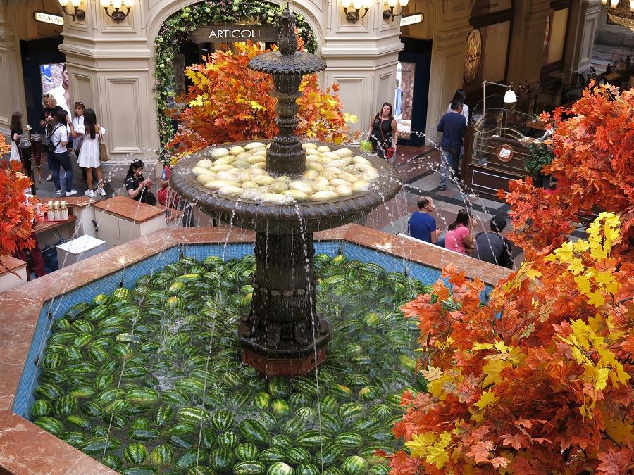 La fontaine centrale du Goum est la seule de Moscou à fonctionner toute l'année. C'est un point de rdv populaire des Moscovites et sa décoration change en fonction des saisons ! Nous, on a eu droit à des pastèques et des feuilles d'automne :)