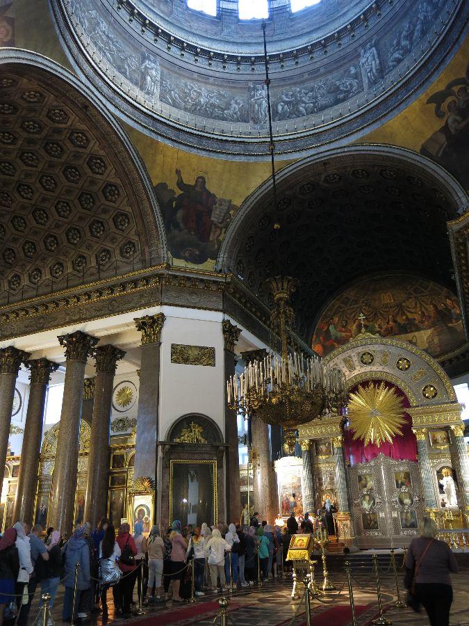 Dans une autre cathédrale, les fidèles faisaient la queue pour embrasser l'icône de la Vierge. Vous remarquerez que, dans les églises orthodoxes, les femmes se voilent la tête.