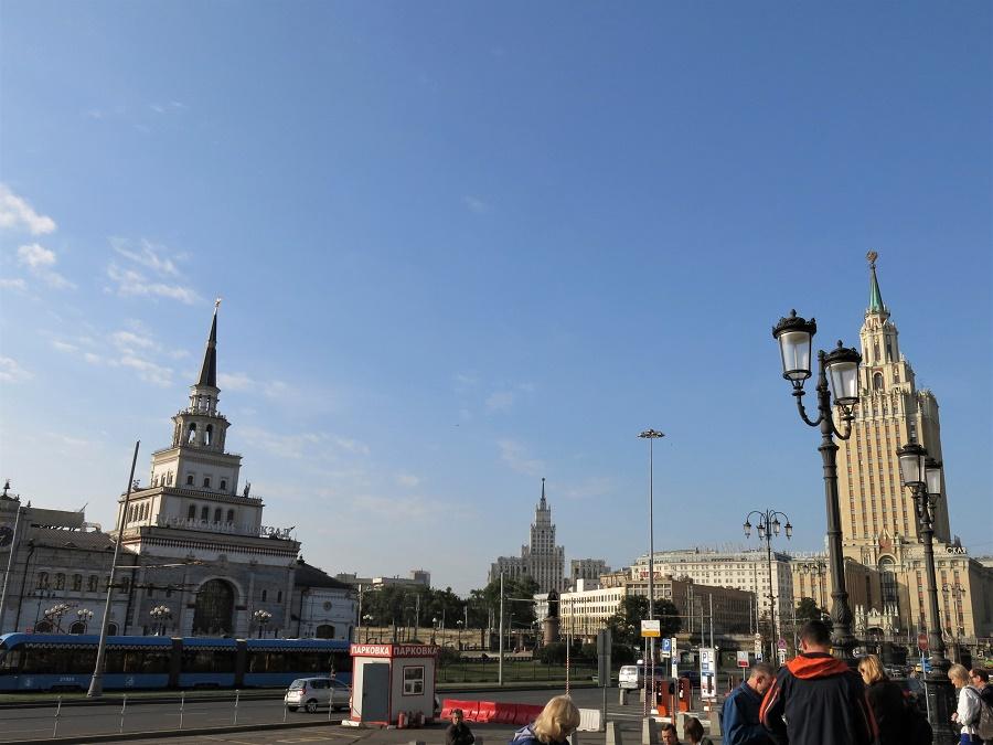 Arrivée matinale à la gare de Moscou, toujours sous ce beau soleil ! Mon attention a tout de suite été attirée par les tours d'architecture stalinienne...