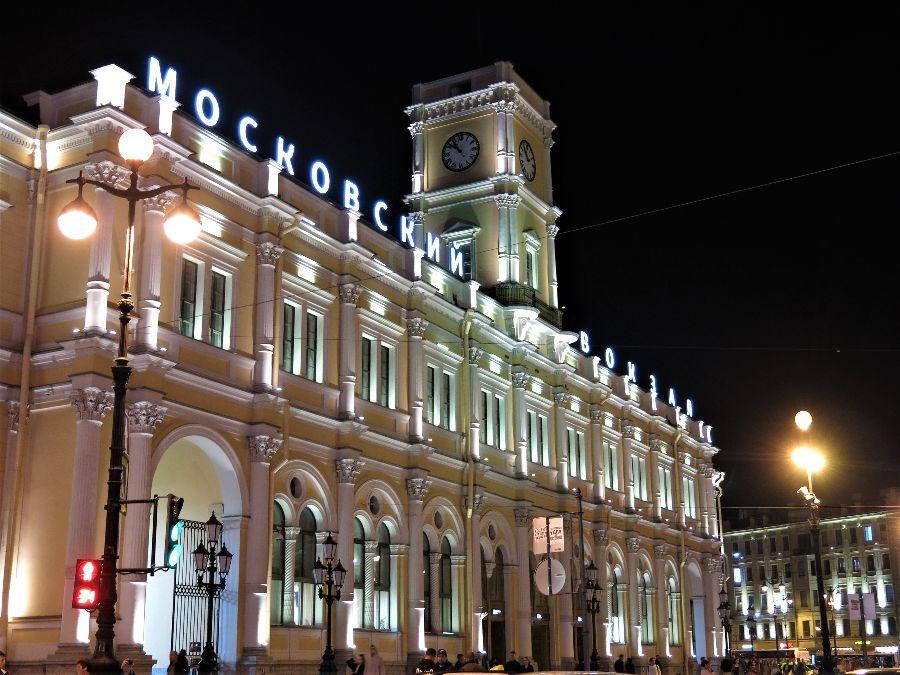 En ce samedi soir, il y avait foule à la grande gare de Moskovskaïa