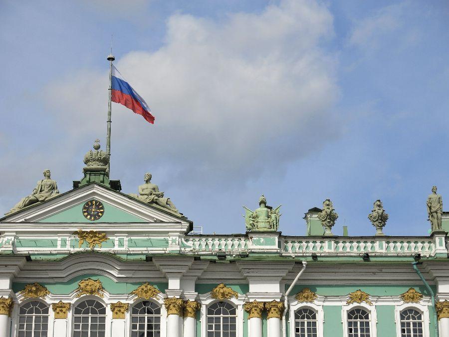 Drapeau russe sur le toit de l'Hermitage