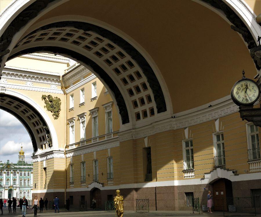 Ma première vision de l'Hermitage de jour : je suis tombée dessus par hasard, au détour du Palais de l'Etat-Major ;)