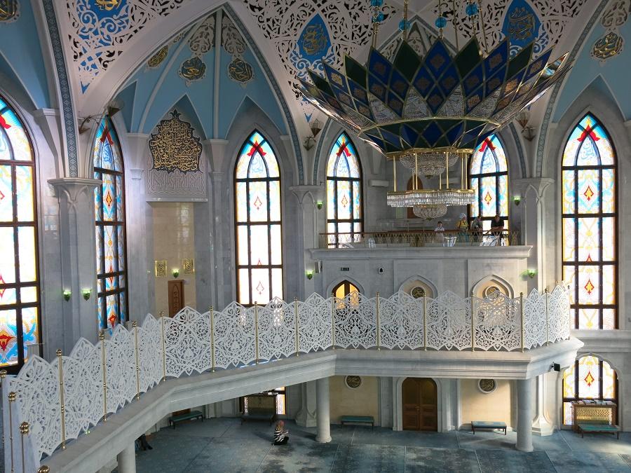 L'intérieur de la grande mosquée Qolsharif est carrément kitsch, un peu à l'image du reste de la ville. Les Tatars, à l'instar de certains peuples du Moyen-Orient, n'ont pas peur du bling ;)