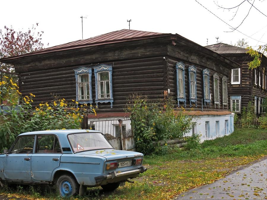 C'est fou le nombre de vieilles voitures qui sont encore en circulation en Russie ! J'imagine que ça explique en bonne partie l'air irrespirable de certaines rues... La plupart sont des Lada, typiques de l'aire soviétique et apparemment increvables.