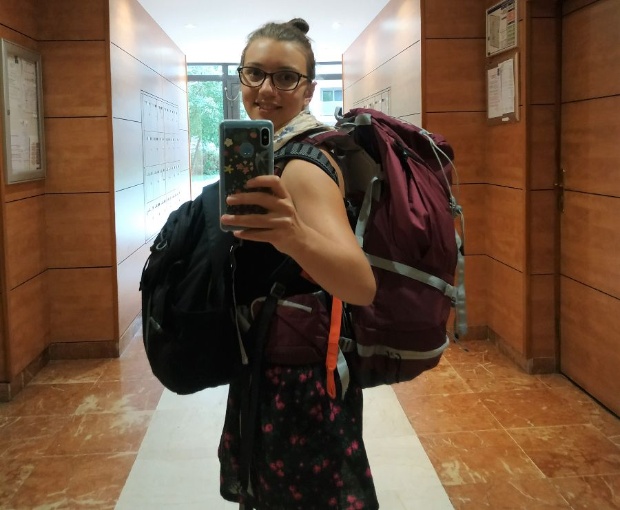 Marion avec son gros sac à dos le jour du grand départ