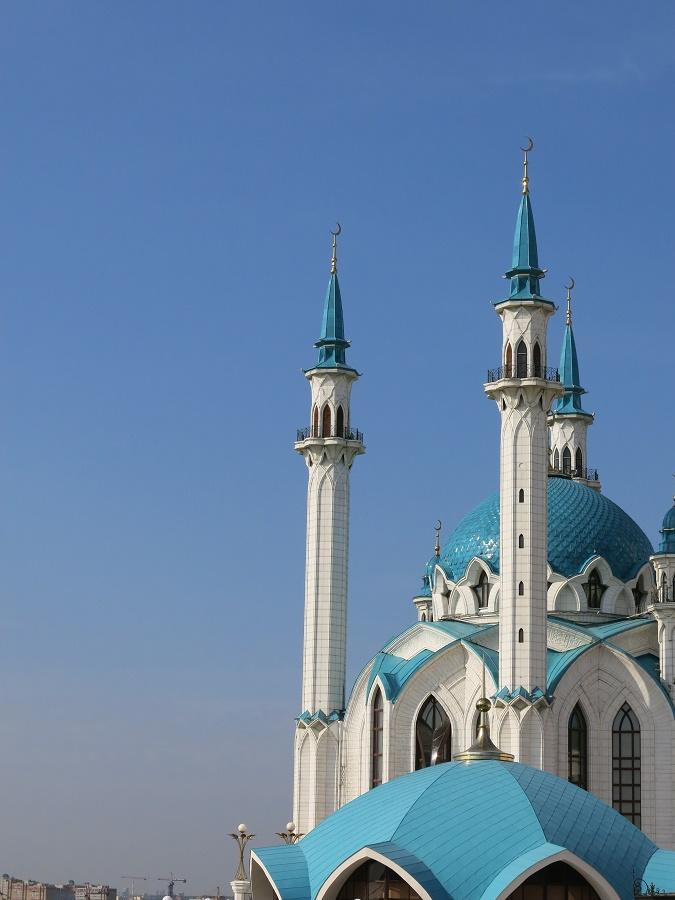 L'ethnie tatare, peuple de Kazan avant les Russes, est de religion musulmane. La ville compte plusieurs mosquées, dont la fameuse mosquée Qolsharif, reconstruite en 2005 à l'occasion du millénaire de Kazan. Située au cœur même de la ville, à l'intérieur de son kremlin, elle fait écho à la cathédrale Ste Sophie et symbolise le multiculturalisme propre à Kazan.