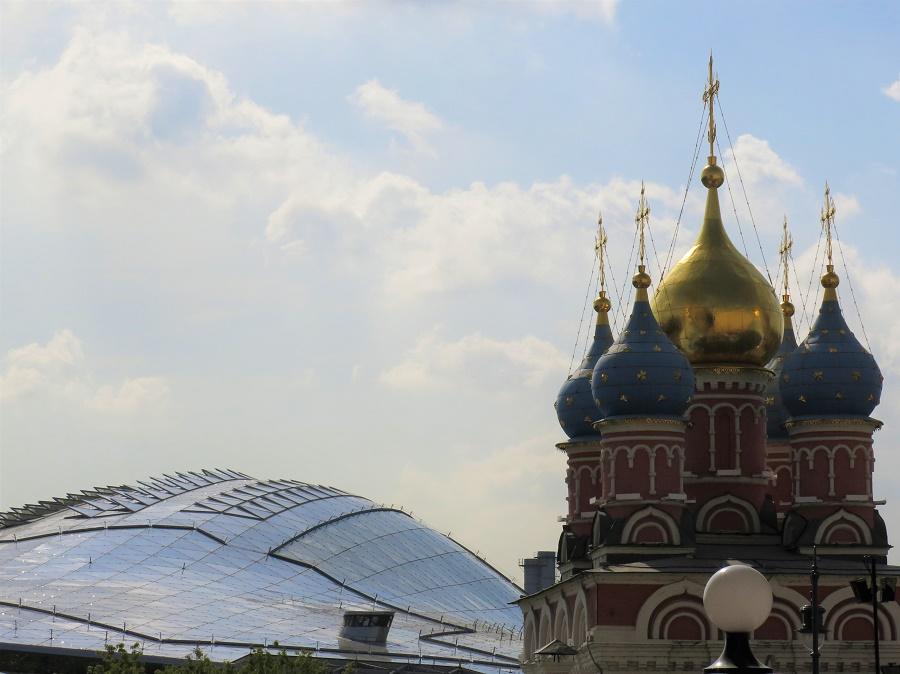 Nous sommes aussi passés par la première demeure des Romanov (avant le Kremlin), devenue plus tard un monastère. Derrière elle, on a construit le beau parc Zaryadye au bord de la Moskva, avec cette grande halle de verre où se déroulent des spectacles.