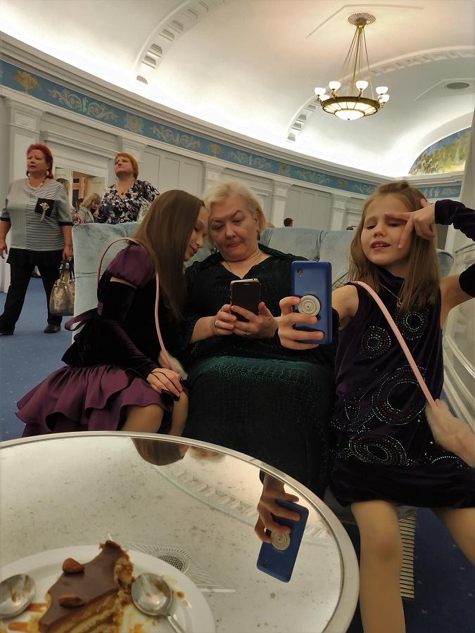 Cette mamie avec ses deux petites-filles était aussi trop marrante. Toutes les trois étaient vêtues de velours et de satin de la tête aux pieds, et elles n'arrêtaient pas de faire des selfies. J'ai pris la photo en scred', mais c'est de bonne guerre car, comme vous pouvez le deviner, la mamie était elle-même en train de NOUS prendre en photo xD PS : on a craqué et à la deuxième entracte on s'est payé un délicieux short bread au chocolat et au caramel...