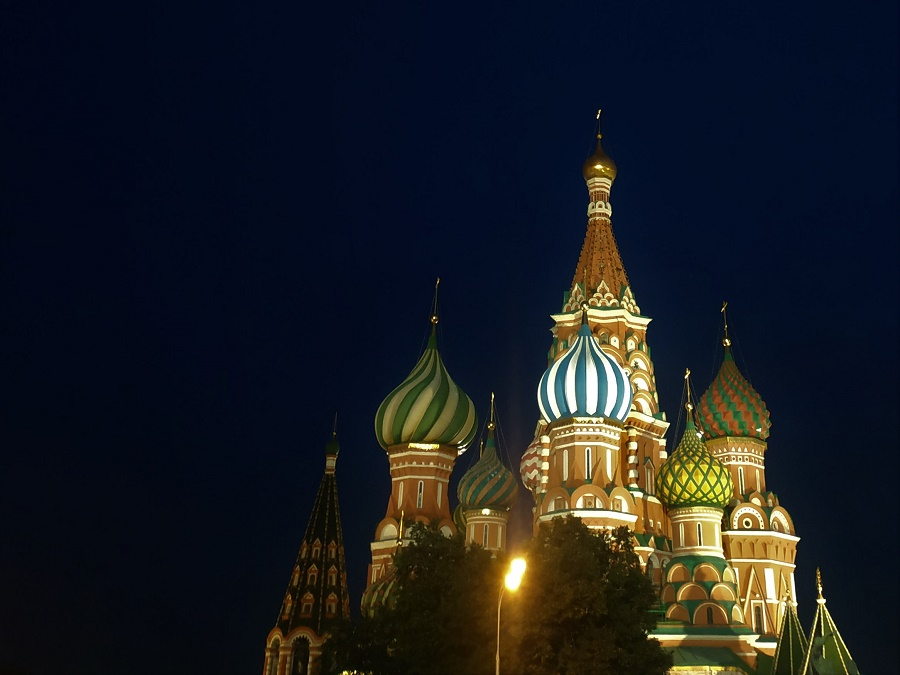 """La Place Rouge de nuit est vraiment un enchantement. Tous les bâtiments sont vraiment bien éclairés, comme la très fameuse cathédrale Basile-le-Bienheureux... J'ai ressenti une forte émotion en tombant de façon inopinée sur ce spectacle que je rêvais de voir depuis ma plus tendre enfance, c'est-à-dire depuis ma première lecture de """"Caroline en Russie"""" ;)"""