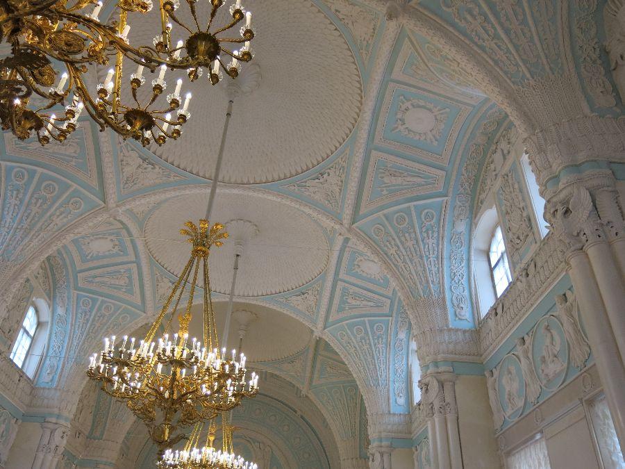 Les intérieurs du Palais de l'Hermitage étaient aussi grandioses que les collections elles-mêmes. Chaque salle était marquée par une époque et un style particulier, comme le baroque ou le néo-classique.