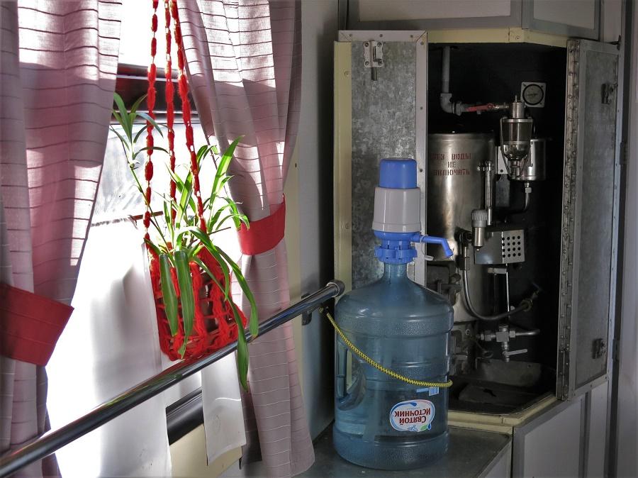 Tous les trains sont légèrement différents : plus ou moins, plus ou moins décorés... Mais tous ont un samovar qui dispense de l'eau bouillante permettant à chacun de se faire son thé, son café ou ses nouille chinoises !