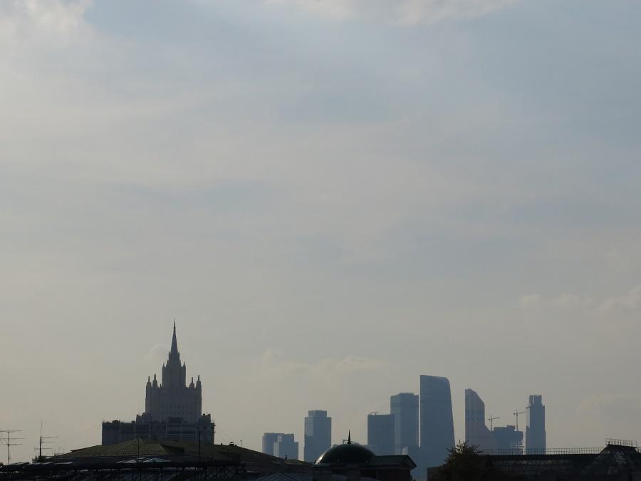 """La """"skyline"""" du quartier des affaires de Moscou, avec une autre des sept tours staliniennes de la ville"""