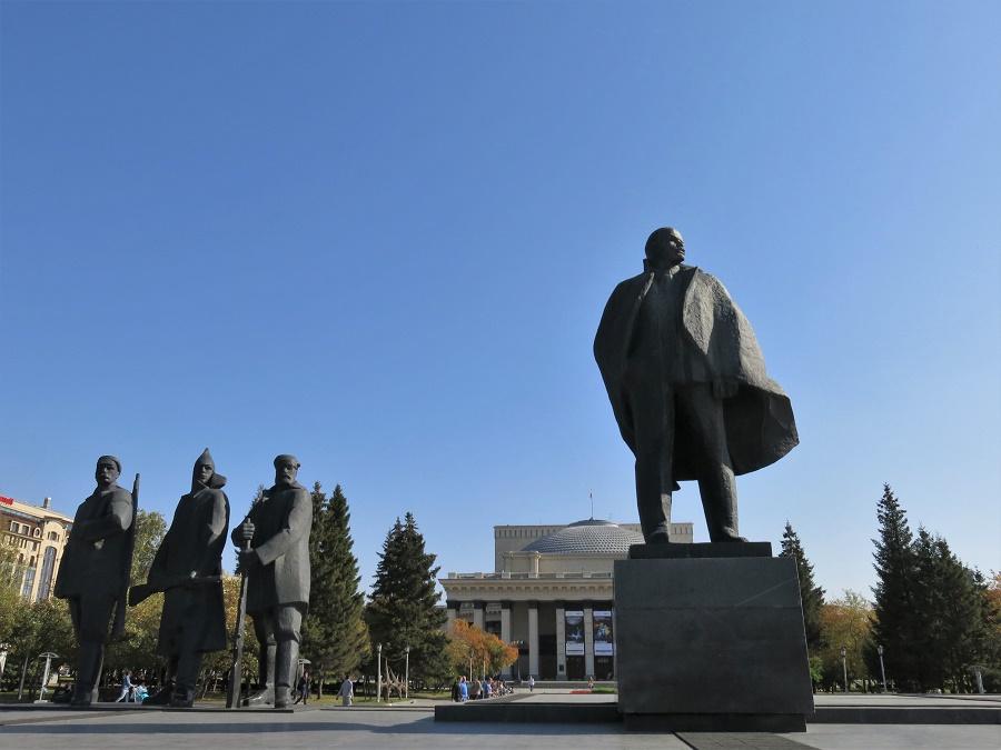 """Devant le très grand opéra de Novossibirsk, une superbe statue de Lénine trônait. La place s'appelle d'ailleurs """"Lenina""""... Comme toutes les statues (nombreuses) de Lénine que j'ai vues jusqu'à présent, elle était d'une grande finesse et élégance. Ou pas."""