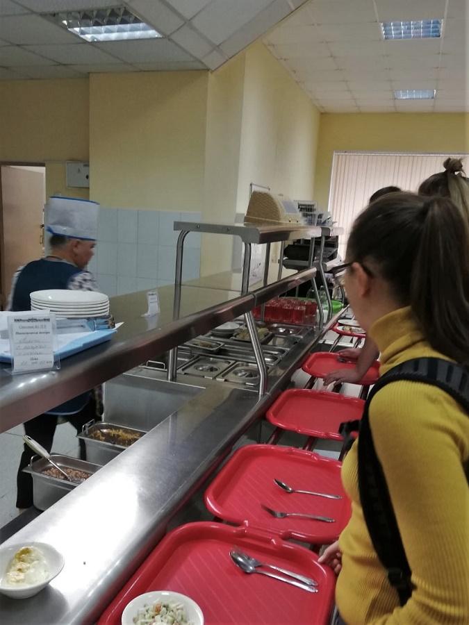 Tomsk est connue pour sa fac et l'important pourcentage d'étudiants dans sa population. Nous avons donc tapé l'incruste dans les bâtiments de l'université et, comme c'était l'heure de manger, nous sommes allées au resto U ;) Pour 2 € chacune, on a dévoré du sarrasin bouilli (griechka), un poivron farci, de la choucroute russe, une salade russe à la mayo et du thé (chaï).