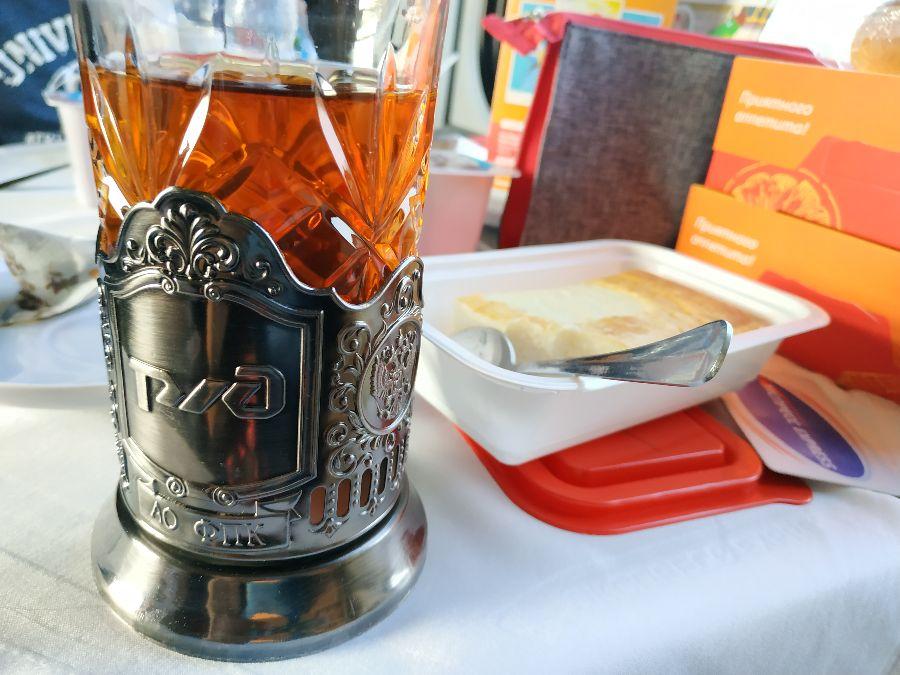 Le détail qui tue : la tasse à thé frappée du logo des chemins de fer russes ! Quelle classe.