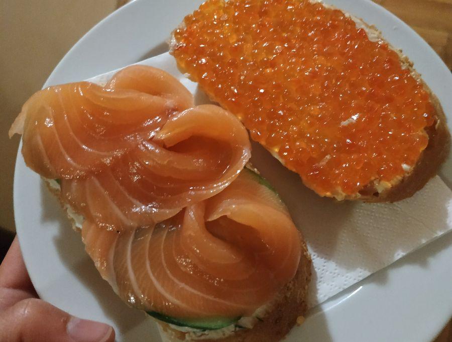 """Il y a eu deux entractes. J'ai craqué et je me suis laissée tenter par des toasts au saumon fumé et aux œufs de saumon (d'ailleurs appelés """"ikra"""", comme en japonais !)"""
