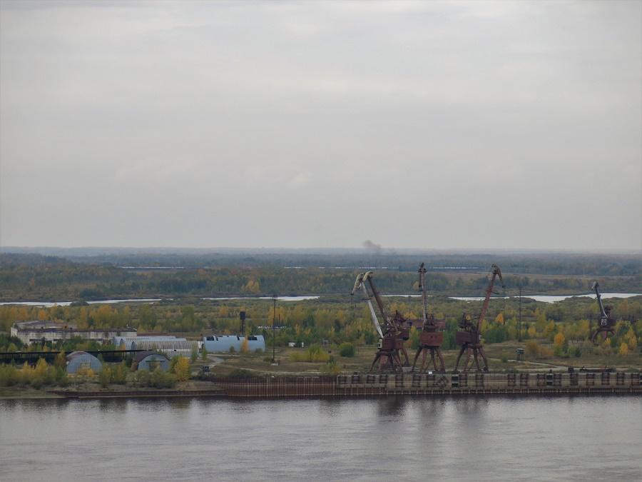 Le kremlin de Tobolsk, à côté duquel j'ai dormi, surplombe la vallée marécageuse de l'Irtych. On distingue au loin la ligne de chemin de fer par laquelle je suis arrivée. Le paysage automnal de marécages et de bouleaux roussissant est très représentatif du panorama que j'ai vu défiler des heures durant dans le train.
