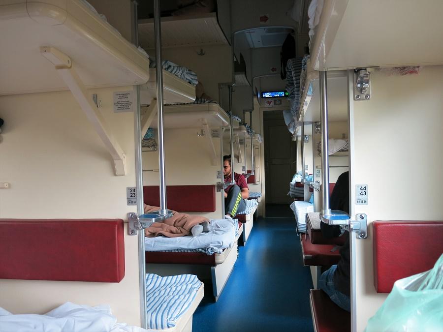 Dans mon article sur Moscou, je vous montrais des photos de mon wagon de 2ème classe, avec ses couchettes moelleuses et son petit-déjeuner compris. Ce trajet était l'exception du voyage... Pour presque tous mes autres trajets en train, j'ai choisi la 3ème classe et ses wagons ouverts de 54 couchettes !