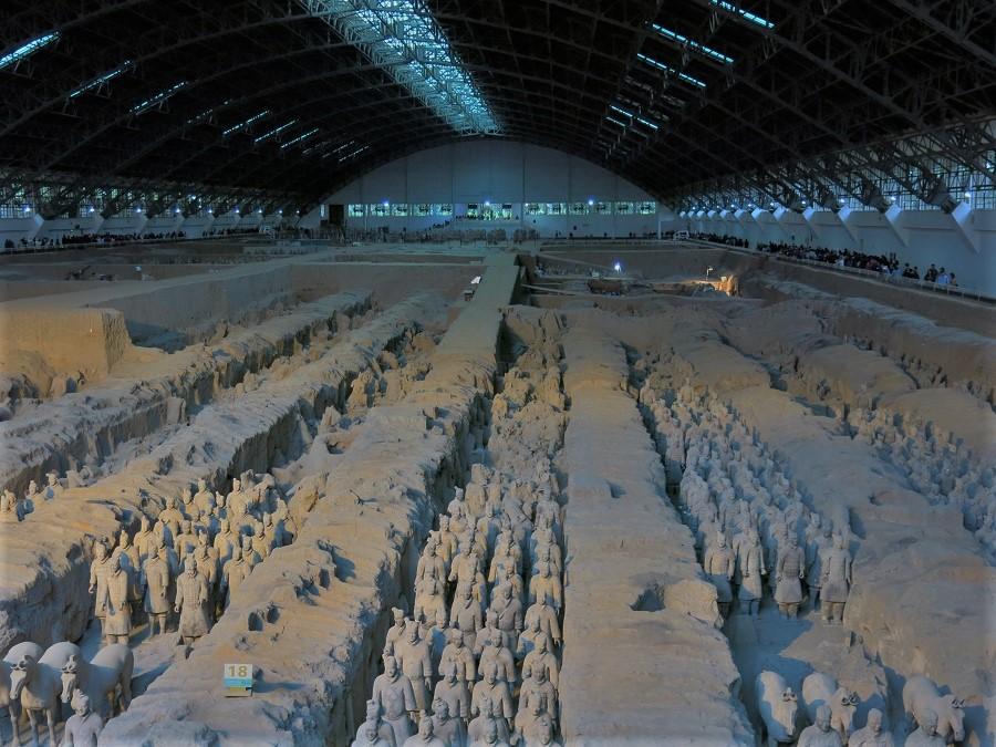La plus grande des trois fosses, la fosse n°1, contient des milliers de soldats. Une bonne partie a déjà été extraite et restaurée et s'aligne en ordre de bataille, comme le souhaitait l'empereur. Prête à combattre à peine passées les portes du Ciel...