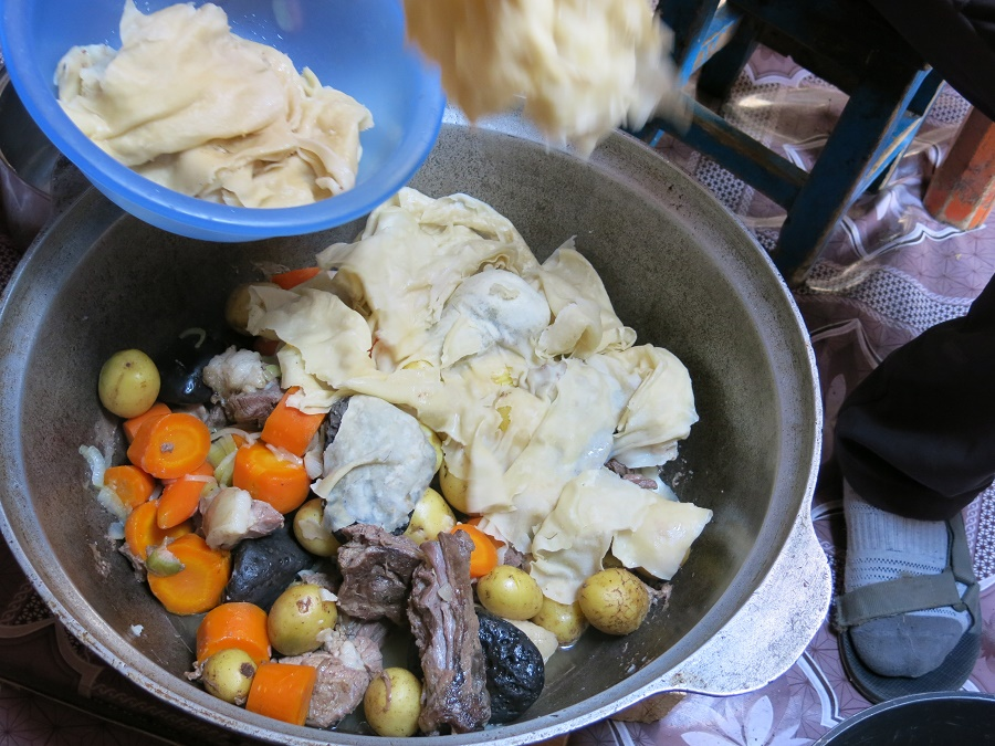 Chaque repas était différent, même les petits déj ! C'était le plus souvent Tsogo qui cuisinait pour nous, et parfois la famille nomade qui nous hébergeait. Sur cette photo, vous voyez le traditionnel barbecue mongol aux pierres chaudes : de la cuisse et de la queue de mouton, des carottes, des patates, des pierres volcaniques et une couche de lasagnes par-dessus. C'était très gras mais très bon, surtout pour se préparer à une nuit aux températures négatives...