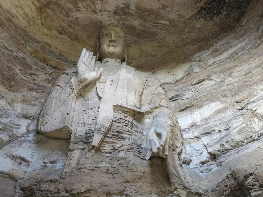 Les grottes de Yungang sont réputées pour leurs peintures murales et leurs bouddhas géants, dont le plus grand mesure dix-sept mètres. Malheureusement, il était interdit de faire des photos à l'intérieur de ces magnifiques temples multicolores ! Vous devrez donc vous contenter de ces bouddhas couleur de pierre, qui surveillent les alentours de leur regard millénaire. C'est bien dommage, car le bouddha de dix-sept mètres, sous sa coiffe bleu lapis-lazuli, avait une expression vraiment frappante. Ses yeux semblaient nous suivre partout où nous allions dans la grotte...
