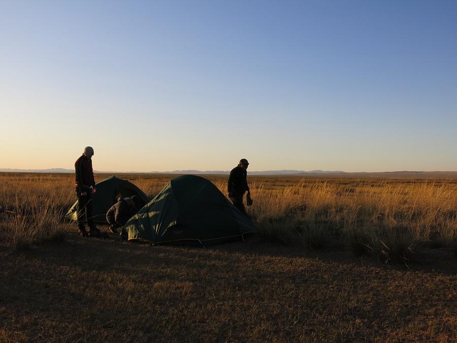 """Nous avons dormi à deux par tente, tandis que Tsogo et Gamba dormaient dans le minibus. J'avais très peur de mourir de froid, malgré les assurances de mes camarades que """"comme il ferait 3°C, se serait la nuit la plus chaude de toute la semaine"""". Au final, j'ai dormi avec deux duvets et en portant littéralement tous mes vêtements (on aurait dit Santa dans """"Rasta Rocket"""" xD) et je n'ai pas eu froid :)"""