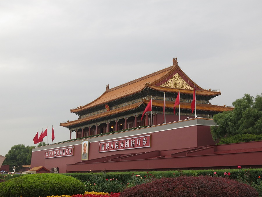 L'entrée sud de la Cité Interdite donne sur la place Tiananmen. Comme elle est ornée d'un immense portrait de Mao, on était persuadés qu'il s'agissait du mausolée où on peut apercevoir son corps embaumé... (comme celui de Lénine sur la place Rouge) On y est donc entrés pour rien et, comme on ne pouvait pas ressortir par la même porte, on a dû marcher 40 minutes sous la pluie pour ressortir de la Cité Interdite ! Et là, on était à 1,5 km de la place Tiananmen... Découragés, on est rentrés à l'hôtel sans avoir vu Mao xD