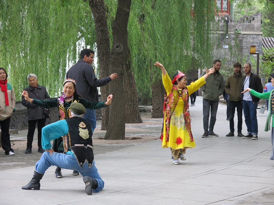 Dans ce même parc, une bande de vieux déguisés en costume d'Asie centrale improvisaient avec entrain sur de la musique orientale. J'ai pris plein de photos, croyant assister à un évènement spécial... Mais pas du tout ! J'ai découvert au cours de la semaine que les parcs de Pékin sont plein de retraités occupés à s'amuser comme des petits fous. Gym en survêt' de velours, danses en tous genres, taïchi, marche nordique, jeux de cartes, échecs chinois, cerfs-volants... Ils y en a de partout, et ils ont vraiment l'air de s'éclater. J'admirais particulièrement leur complète indifférence aux regards extérieurs et leur absence totale de peur du ridicule... La classe, les anciens !