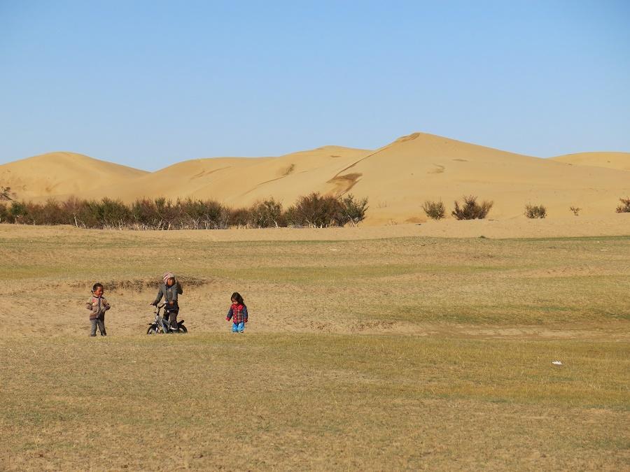"""Une famille nomade était installée juste à côté des dunes de sables et élevait des troupeaux de chameaux. Pendant que les parents vaquaient à leurs occupations, les petits enfants jouaient librement dans la steppe, sans guère s'inquiéter des cinq touristes qui s'exclamaient """"mais qu'ils sont mignooooooons""""."""