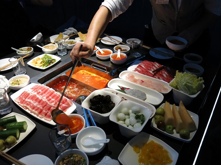 Chez Hai Di Lao, la fondue chinoise devient un évènement hautement ludique... Au milieu clapotent les deux bouillons que nous avons choisis : l'un aux tomates, très goûteux, et l'autre aux épices (beaucoup trop piquant pour moi !). Tout autour, les ingrédients que l'on fait cuire soi-même dans le bouillon, les sauces que nous avons composées nous-mêmes et les accompagnements à volonté. C'était bon, beau, rigolo, convivial... 20/20 !