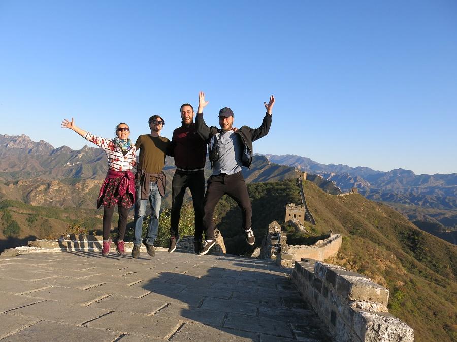 Sur la Grande Muraille de Chine avec les trois copains de Mongolie qui m'ont accompagnée pendant toute cette semaine pékinoise : Colin, Joey et Antoine. Ils vont râler s'ils voient que j'ai utilisé cette photo, parce qu'ils trouvent que c'est ringard de faire des photos où on saute... Mai son n'a pas eu le choix, une petite dame s'était emparée de mon appareil et nous a si bien ordonné de sauter qu'on l'a tous fait !