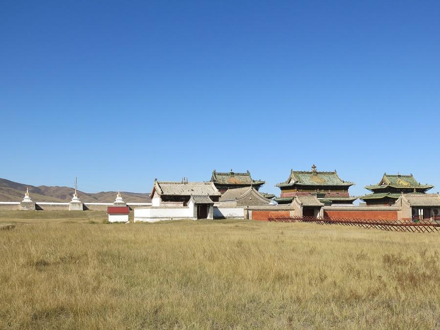 Au milieu de l'enceinte fortifiée de Karakorum se trouve un monastère bouddhiste encore en activité. L'endroit était presque désert et notre visite n'était accompagnée que du chant des oiseaux et des moines.