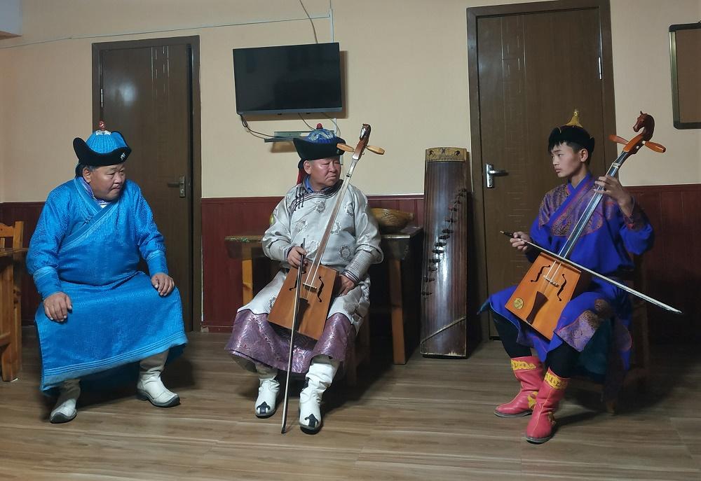 """Ce soir-là, nous n'avons pas dormi chez une famille nomade mais dans un camp de yourtes (un peu comme un camping avec des bungalows, quoi). Pour notre plus grand plaisir, les proprios ont fait venir un petit groupe de musique traditionnelle. Ils ont joué de trois instruments à cordes typiquement mongols et nous ont fait d'impressionnantes démonstrations de """"chant de gorge""""."""