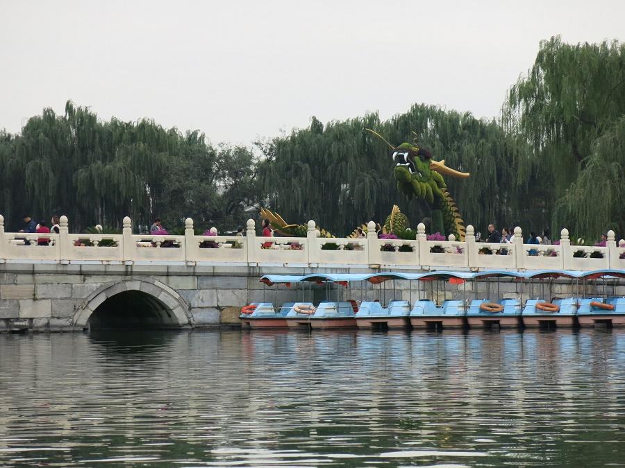 Dès notre premier jour à Pékin, nous avons loué un petit bateau à moteur pour nous balader sur le grand plan d'eau du beau parc Beihai. Il paraît que j'ai failli rentrer dans le mur plusieurs fois, mais Antoine et Joey exagèrent toujours...