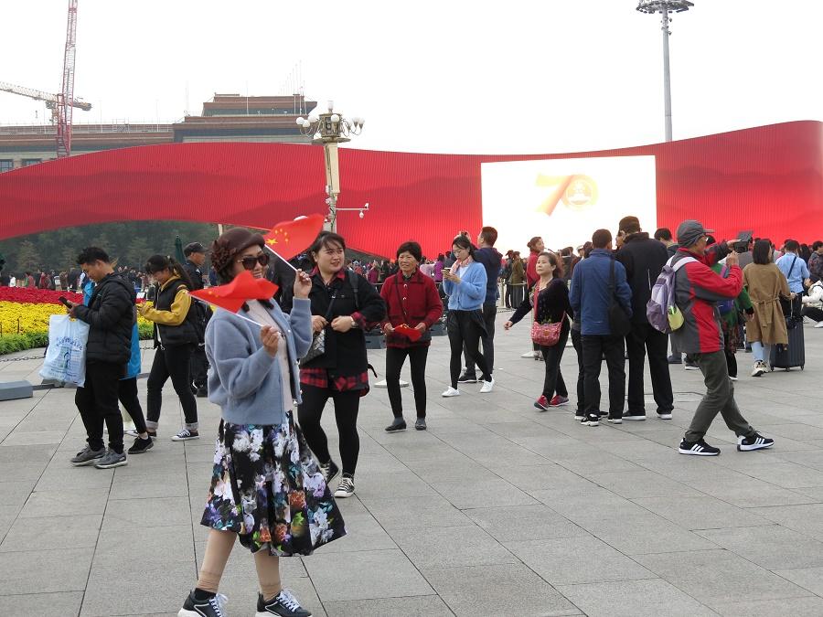 Juste avant notre arrivée à Pékin, la République Populaire de Chine, proclamée sur cette place même le 1er octobre 1949, a fêté ses 70 ans en grande pompe. L'occasion de multiplier les drapeaux et autres monuments provisoires à la gloire de la RPC... Et surtout, on a croisé pendant toute la semaine des groupes de touristes équipés de petits drapeaux ou, le plus souvent, d'autocollants en forme de cœur reprenant le drapeau chinois. Les femmes, notamment, aimaient à se les coller sur la joue... Des vrais supporters !
