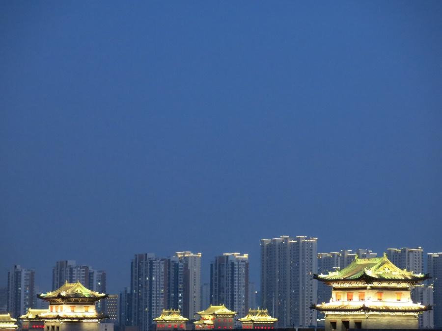 A la tombée de la nuit, je me suis promenée sur les remparts qui délimitent la vieille ville de Datong. Une balade somme toute pas désagréable ! Mais c'était étrange d'osciller entre les gratte-ciels clignotants et les tourelles si kitschement illuminées.
