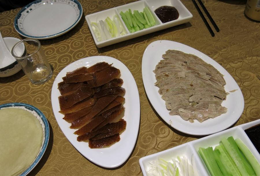 Notre kit à canard laqué (nous avions commandé un canard entier pour quatre : sur la photo, il manque la carcasse qui est arrivée plus tard et que nous étions libres de dépiauter à notre guise). Plus qu'à garnir les petites crêpes de viande juteuse, de peau croustillante et de légumes croquants ! Hhmmmmm.
