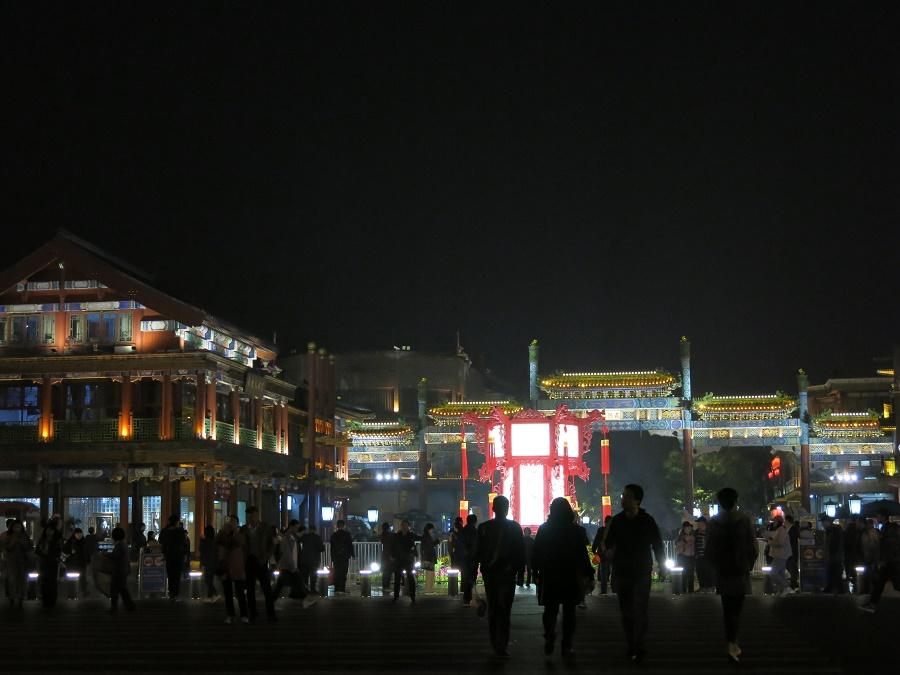 """Beijing by night - Beijing est le nom chinois de Pékin, qui est aujourd'hui utilisé aussi en anglais car le vieux terme """"Peking"""" sonne très post-colonialiste en anglais... Ici, on voit la porte Qianmen qui marque l'extrémité sud de la place Tiananmen, tout près de mon auberge de jeunesse."""