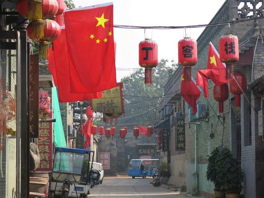 Comme celle de Datong, la vieille ville de Pingyao est entourée de remparts et parcourue par de petites ruelles ornée de lanternes rouges et de drapeaux chinois. La grande différence, c'est qu'ici on sent l'authenticité de la vieille pierre, garantie d'ailleurs par un classement au patrimoine mondial de l'humanité... J'ai ainsi eu un coup de cœur pour la vieille ville de Pingyao, qui m'a bien consolée de celle de Datong ;)