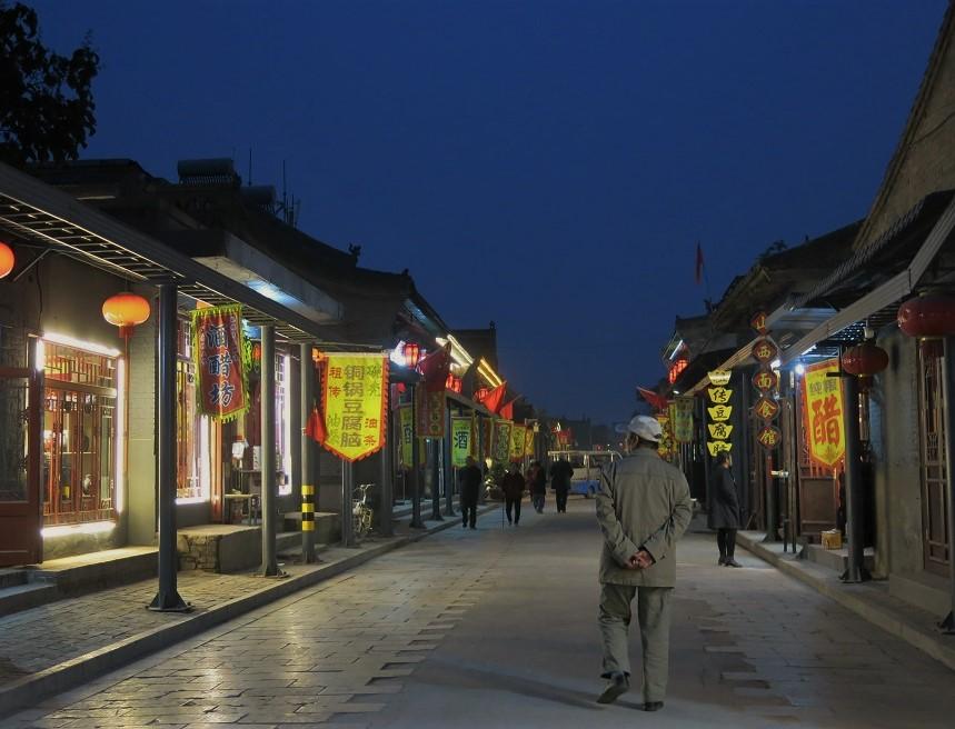 De nuit, les rues de la vieille ville sont plutôt calmes et se prêtent à la flânerie. Toutes les lanternes s'allument et de bonnes odeurs s'échappent des nombreux restaurants de nouilles... Super balade !