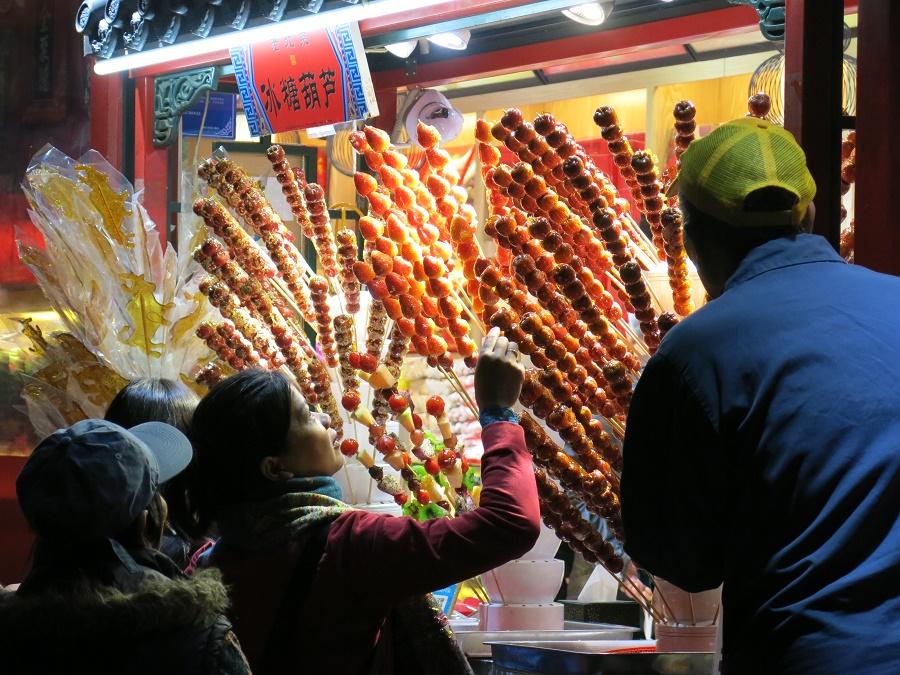 A Pékin, on voit partout ces brochettes de fruits recouverts de caramel, à la manière des pommes d'amour.