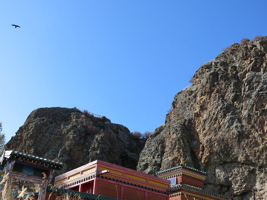 Après une bonne marche à travers la forêt, nous avons rejoint un joli temple bouddhiste érigé sur un promontoire rocheux. L'endroit était d'un calme absolu et de nombreux oiseaux noirs sillonnaient le ciel, faisant entendre les battements de leurs grandes ailes.