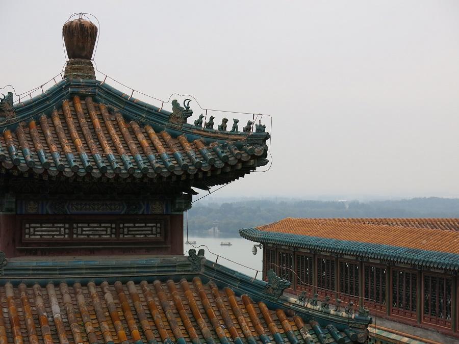 Gros coup de cœur pour le Palais d'Été, dont l'abrupte colline surplombe un très grand plan d'eau. Les toits, où le bleu se mêle au jaune, sont encore plus beaux que ceux de la Cité Interdite.