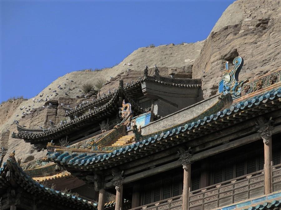 Les temples les plus importants avaient une avancée en bois construite à flan de falaise, avec de beaux toits aux tuiles vernissées. Un bon nombre d'oiseaux se doraient la pilule au soleil... Eh oui, je continue a trouver le beau temps presque partout où je vais ;)